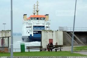Mensen wachten op de boot in Breskens, op de achtergrond zien we de nieuwste en laatste PSD-boot Prins Johan Friso varen.