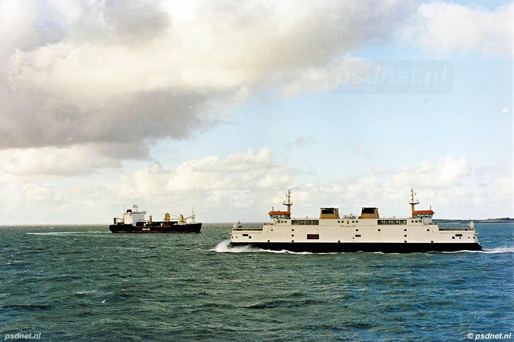 Het autoveer Vlissingen-Breskens met de veerboot Prins Johan Friso in stormachtige omstandigheden