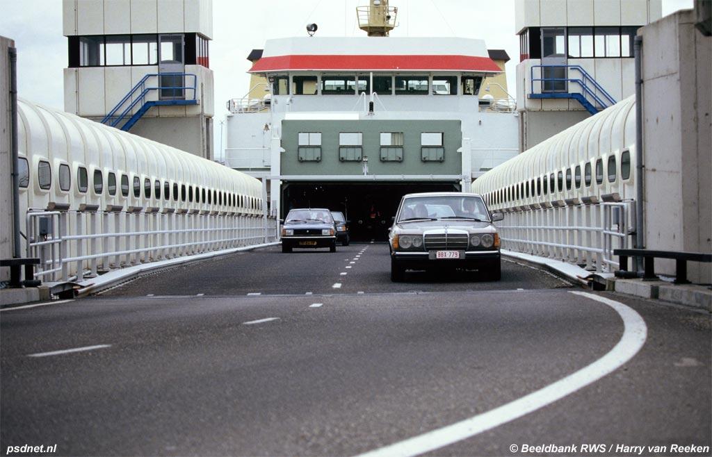 Auto's rijden van de PSD-veerboot uit Breskens af in Vlissingen