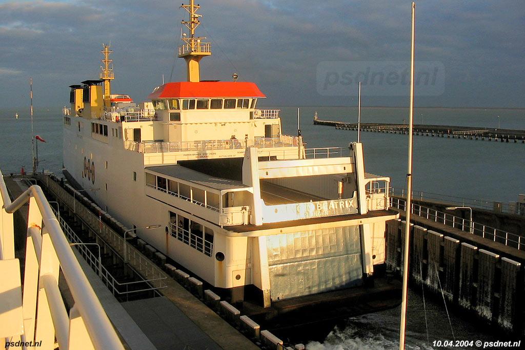 De PSD-veerboot Koningin Beatrix gevangen in de fuik van Vlissingen. De schepen hadden eenzelfde kopvorm als de enkeldekkers waarvoor de fuik gebouwd werd in 1958.